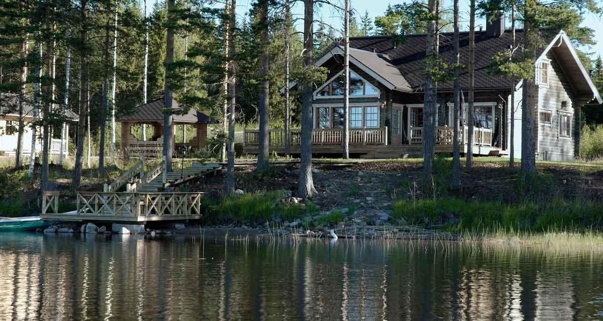 watervilla met aanlegsteiger in het bos